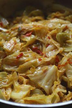 El Repollo Sudado lleva pocos ingredientes que todos los tenemos en casa. Además de ser muy sabroso, es muy económico. Esta receta lleva un repollo mediano bien lavado, escurrido y cortado en trozos medianos irregulares o en julianas. Lleva un buen guiso o sofrito con mantequilla, cebolla, ajo, tomate y condimentos. Se pone a sudar con poca agua por unos 15 minutos y listo! Un vegetal maravilloso que va a servir de acompañamiento para cualquiera de sus platos favoritos, a disfrutar esta… Asian Recipes, Mexican Food Recipes, Vegetarian Recipes, Cooking Recipes, Healthy Recipes, Ethnic Recipes, Healthy Food, Guatemalan Recipes, Chicken Skillet Recipes