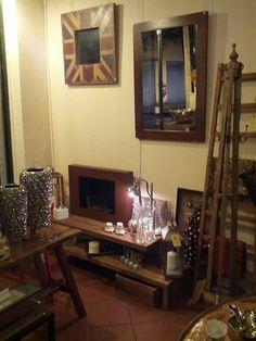 vetrina del negozio novembre #itesoricoloniali #arredamenti #reggioemilia #oggettistica #biocamini #legno #complementi #legno #design #homestaging