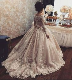 Charming Wedding Dresses with Long Sleeves, Bridal Dresses with Appliques from d. - Braut Schuhe - Damen Hochzeitskleid and Schuhe! Long Sleeve Bridal Dresses, Bridal Gowns, Bridesmaid Dresses, Dress Long, Dream Wedding Dresses, Wedding Gowns, Ivory Wedding, Boho Wedding, Vestidos Vintage