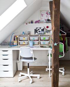 Ein Kinderschreibtisch mit Aufbewahrungen und 2 ÖRFJÄLL Schreibtischstühlen für Kinder weiß/Vissle hellgrau