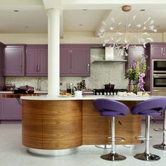 des armoires et des chaises lilas dans la cuisine en bois