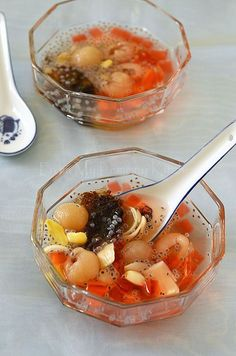 Lin Chee Kang ~ sweet dessert with jelly, gingko nuts, basil seeds, dried lily flower bulb and longan