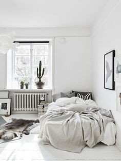cool 37 Minimalist Small Bedroom with Monochromatic Color Scheme https://homedecort.com/2017/06/37-minimalist-small-bedroom-monochromatic-color-scheme/