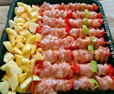 Baked chicken trash skewers and potatoes ready .- Baked chicken garbage skewers and potatoes. Lunch Recipes, Meat Recipes, Cooking Recipes, Italian Chicken Dishes, Turkish Recipes, Ethnic Recipes, Food Platters, Iftar, Dinner Dishes
