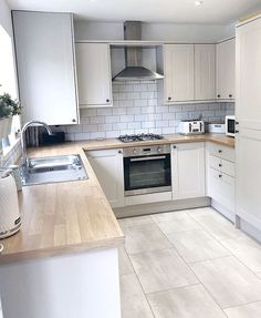 32 ideas for the small kitchen. Modern kitchen with a narrow design and wooden worktop. Page 30 of 32 – White N Black Kitchen Cabinets Home Decor Kitchen, Kitchen Interior, New Kitchen, Kitchen Wood, Floors Kitchen, Kitchen Grey, Awesome Kitchen, Kitchen Backsplash, Happy Kitchen