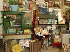 Tips for Dealers and Vendors with BOOTH Spaces at Antique Malls and Shows - booth inspiration, vintage displays ideas, increasing sales, and more. Vintage Display, Antique Booth Displays, Vintage Store, Antique Booth Ideas, Antique Mall Booth, Vintage Market, Vintage Decor, Antique Market, Flea Market Displays
