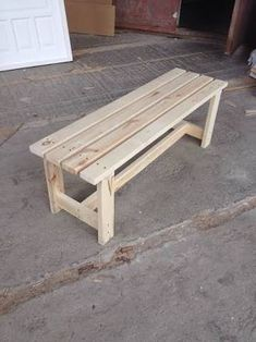 Simple DIY bench for small entrance area (with free plans) - Manzanita manufactureWould you like to learn how to build a DIY bank? Watch this video and get the free wooden bench plans so you Diy Outdoor Furniture, Pallet Furniture, Furniture Projects, Furniture Plans, Furniture Removal, Handmade Furniture, Rustic Furniture, Diy Bench Seat, Diy Wood Bench