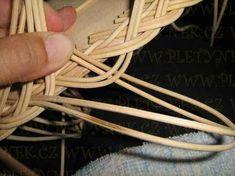 OPLET DNA MIRAHELKA – pletynek – album na Rajčeti Newspaper Crafts, Weaving Patterns, Rolled Paper, Basket Weaving, Clothes Hanger, Dna, Apples, Baskets, Bamboo