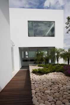 Ecological Modern Home Design in Eco-Friendly Concept: Beautiful Courtyard Pebbles Home Design Exterior With Modern Home Decoration And Grav.