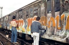 Top 12 Street Photographers Who Captured the Grit of New York in the and NYC Graffiti by Henry Chalfant Graffiti History, New York Graffiti, Street Art Graffiti, Graffiti Drawing, Graffiti Lettering, Typography, Graffiti Photography, Street Art Photography, Urban Photography