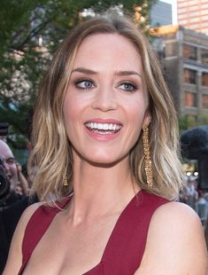 Emily Blunt light brown to blonde ombre Emily Blunt, Emily Browning, Summer Hairstyles, Braided Hairstyles, Cool Hairstyles, Medium Hairstyles, Hairstyle Ideas, Blunt Haircut, Oval Face Haircuts