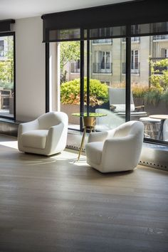 Charles Zana - Architect Love the contrast the black window blinds make with the rest of the room. Beautiful chairs!