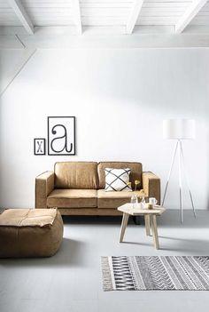 KARWEI | Het cognackleurige leder en de stoere metalen poten maken deze bank tot de eyecatcher van jouw interieur.