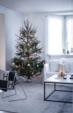 . . . . . . . . . . Årets julgran är som ni vet på plats och nu även pyntad! Ett mish-mash...