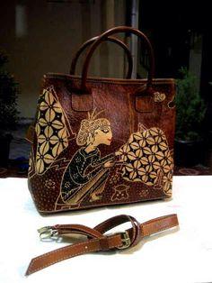 Tas Kulit di Batik design simbok membatik. Ukuran : L : 30 cm, T : 27 cm. Harga Rp. 550,000/pc belum termasuk ongkir