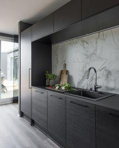 Mustat keittiön kaapit ja marmori sopivat hyvin yhteen. #designtalo #sisustus #keittiö Double Vanity, Bathroom Lighting, Sink, Kitchen Cabinets, Furniture, Design, Home Decor, Bathroom Light Fittings, Sink Tops