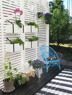 Slat wall used to hang planters this might work on my back deck Backyard Patio Designs, Backyard Landscaping, Outdoor Rooms, Outdoor Gardens, Indoor Gardening, Garden Shelves, Backyard Privacy, Slat Wall, Balcony Garden