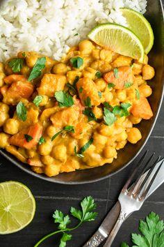 Pikantne curry z dynią i ciecierzycą składników) - Wilkuchnia Veg Recipes, Vegetarian Recipes, Dinner Recipes, Cooking Recipes, Healthy Recipes, Good Food, Yummy Food, Tasty, Big Meals