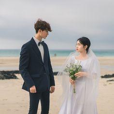 "Instagram의 서홍일 / 애즈클로CEO / 서유온아빠님: ""바람이 심각하게 불어서 아쉬웠던 3번째컨셉 #셀프웨딩촬영"" Wedding Couple Photos, Pre Wedding Photoshoot, Wedding Poses, Couple Shoot, Wedding Shoot, Wedding Couples, Korean Wedding Photography, Couple Photography, Wedding Art"