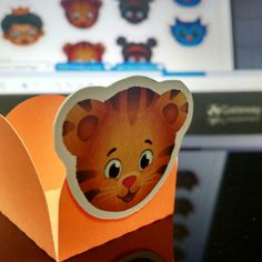 daniel tiger molds for chocolates forminha personalizada Making one of our orders... Cute, isn't it?