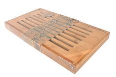 Bambum Ekmek Kesme Tahtası'nın ızgaralı kapağı sayesinde kesmiş olduğunuz ekmeklerin kırıntıları alt taşıma tepsisine düşer, bu sayede tezgahınızda kırıntı olmaz. İçerisinde tasarım ödüllü büyük boy ekmek bıçağı hediye olarak gelen ekmek kesme tahtasının aynı zamanda ters çevirerek alt yüzeyini düz kesme tahtası olarak kullanabilirsiniz.    Ürün Boyutları (cm) : 36x19,4x2,9