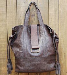 Maxi bolsa de couro.
