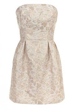 La robe bicolore revient en force cette saison. C'est donc tout naturellement qu'elle sera la star des robes invitées de mariage.Prix : 59...