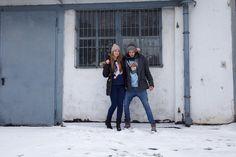 Katrin und Laurent am Posen vor den Garagen in der Muskauer Straße in Berlin-Kreuzberg (1)