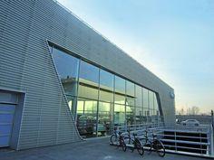 Fassaden-Vorsatzschale aus Alu-Wabenblech bei VW Audi in Gouda/NL. Gouda, Marina Bay Sands, Vw, Skyscraper, Multi Story Building, Travel, Voyage, Skyscrapers, Viajes