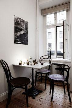 Köksbord stolar konst fönster bohemian