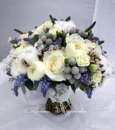 зимний букет невесты с мускари, с пионовидными розами, брунией и хлопком