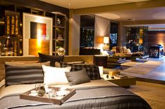 O prêmio Projeto Casa Hotel foi para o Duplex. Nenhuma parede barra a vista entre o quarto e sala dessa suíte com spa e lobby.