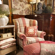 English Country Decor Style – Self Home Decor Living Room Red, Country Decor, Cottage Decor, Home Decor, Cottage Interiors, English Decor, Cottage Living, Cosy Living Room, Red Rooms
