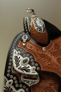 Dale Chavez saddle with black leather and silver accents Western Bridles, Western Horse Tack, Western Riding, Cowboy Spurs, Cowboy Gear, Horse Gear, Horse Tips, Horse Accessories, Western Pleasure