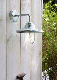 KARWEI | Bij de buitendeur kun je het beste kiezen voor een felle lamp zodat je altijd goede verlichting hebt. Entrance Ways, Outdoor Lighting, Wall Lights, Home And Garden, Interior, Green Ideas, Illuminati, Camping, Country