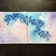 Estreiando o giz pastel seco!! 💜💕💙 Fundo feito com Giz Pastel Seco #Reeves, Lápis de cor #prismacolorpencils, esfumado azul com caneta #tombow azul, contornos com caneta #papermate azul escuro e contornos brancos com caneta #posca . #jardimsecretoinspire #jardimsecretotop #jardimsecretofans #jardimsecretobr #jardimsecreto #meujardimsecreto #nossojardimsecreto @meujardimencantado @nossojardimsecreto_ @jardimsecretoinst @picsjardimsecreto @jardimcolorido @jardimsecretotopmg #johannabasford…