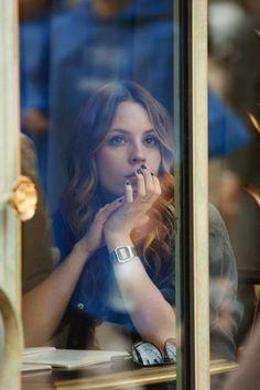 Street photography | Lifestyle photoshoot ideas | Photo of girl through glass window