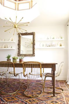 Gold gilded mirror juxtaposes unexpectedly between minimalist china shelves. Beautiful brass Cidue Vicenca cantilever chairs, kilim rug, and farmhouse table. Inspiring Spaces: The Dining Room Interior Desing, Interior Modern, Interior Decorating, Decorating Ideas, Design Furniture, Plywood Furniture, Dining Room Inspiration, Home Decor Inspiration, Design Inspiration