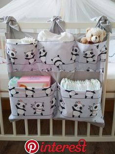 Panda – breite Tasche für Wickeltisch / Kinderbett – Bébés et soins de bébé - Babyzimmer Junge Baby Room Diy, Baby Bedroom, Baby Room Decor, Quilt Baby, Diy Bebe, Baby Sewing Projects, Ideas Geniales, Baby Crafts, Baby Patterns