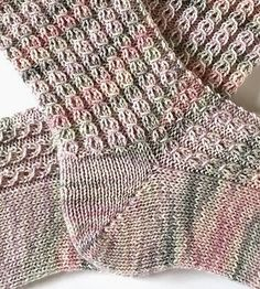 Crochet Patterns Mittens Tausendschön Lille Ferse Knitting Socks, Hand Knitting, Knitting Patterns, Crochet Patterns, Beginner Knitting Projects, Knitting For Beginners, Learn How To Knit, Patterned Socks, Knitted Headband