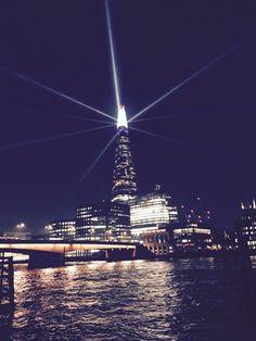 """The Shard (""""de scherf"""") is een wolkenkrabber in Southwark in Londen. De toren is 310 meter hoog en telt 72 bruikbare verdiepingen, plus nog eens 15 verdiepingen met verwarmingsinstallaties. Bij de opening op 5 juli 2012 was The Shard het hoogste gebouw in de Europese Unie en Europa en het op 44 na hoogste gebouw in de wereld.  Het gebouw heeft een onregelmatige piramidevorm die zich uitstrekt van de voet naar de top. Het is volledig met glas bedekt. De uitkijkgalerij en het uitzichtplatform…"""