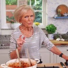 Mary Berry adds two surprising ingredients to her spaghetti bolognaise Marry Berry Recipes, New Recipes, British Recipes, Venison, Beef, Spaghetti Bolognese, Great British Bake Off, Mary Berry, Main Menu