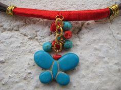 detalle mariposa de collar de caucho, con coral y tuquesa