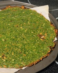 Jo and Sue: Spinach Crust Pizza 2 cups raw spinach leaves 1 egg (large) 1 cup shredded Kraft Italiano cheese blend spices nutritional info for the entire crust! Low Carb Recipes, Vegetarian Recipes, Cooking Recipes, Healthy Recipes, Spinach Pizza Crusts, Crust Pizza, Pizza Dough, Pizza Pan, Keto