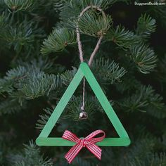 Here's a super cute and easy homemade Christmas ornament for toddlers and preschoolers! (Popsicle Stick & Jingle Bell Christmas Ornament)~ BuggyandBuddy.com