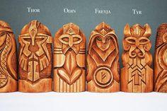 Skandinavischen Götter Set. Hölzerne Statuen: Odin Thor