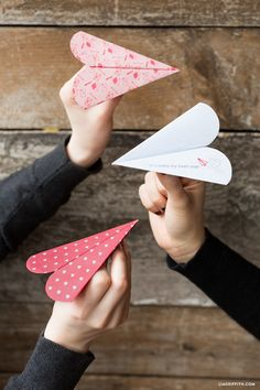 17 ridiculouslyl cute Valentine's Day crafts for kids. Lots of easy to make Valentine's Day kids crafts! Love all these simple kids craft idea. - Valentine's Day - Origami Valentine's Day Crafts For Kids, Valentine Crafts For Kids, Valentines Day Gifts For Him, Holiday Crafts, Valentine Ideas, Simple Kids Crafts, Printable Valentine, Homemade Valentines, Free Printable