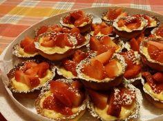 Crostatine alla crema pasticcera guarnite con le fragole - Fidelity Foto