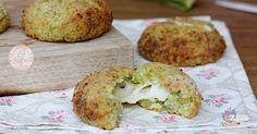 Le crocchette riso e zucchine con cuore filante al formaggio una ricetta veloce da preparare, super facilissima con le zucchine crude nell'impasto.