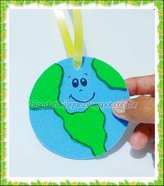 Medalha do Planeta em EVA Earth Day, Barbie, Christmas Ornaments, Holiday Decor, Children, Celebration, Kids Activity Ideas, New Ideas, Peace Education